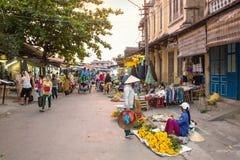 花店和地方农夫在会安市,越南 免版税库存照片