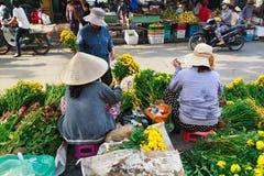 花店在会安市市场上在会安市古镇, Quang Nam,越南 免版税库存照片