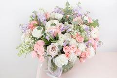 花店概念 混杂的花特写镜头美丽的豪华花束在木桌上的 墙纸 库存图片