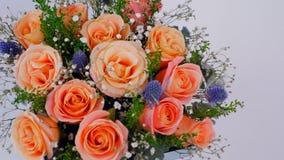花店献各种各样的花和花束 股票录像