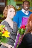 花店的青少年的女孩买玫瑰 免版税库存图片
