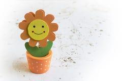 花微笑 乐趣和愉快的花在向日葵样式在难看的东西桌里戏弄 库存图片