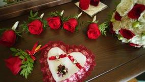 花新娘花束,在桌上的美丽的新娘花束,新郎钮扣眼上插的花,婚礼之日,新娘` s花束 股票录像