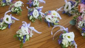 花新娘花束,在桌上的美丽的新娘花束,新郎钮扣眼上插的花,婚礼之日,新娘` s花束 影视素材