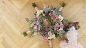 花新娘花束,在桌上的美丽的新娘花束,新郎钮扣眼上插的花,婚礼之日,新娘` s花束 股票视频