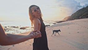 花时间一起走的海滩的愉快的白种人夫妇握手在日落在空的海滩上 海暑假 影视素材