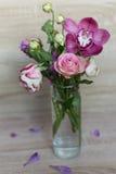 花春天花束在一个玻璃花瓶的 免版税图库摄影