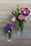 花春天花束在一个玻璃花瓶的 免版税库存照片