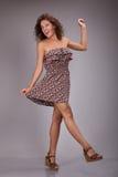 花服的卷发妇女 五颜六色的镯子和项链 优质夏天服装 轻的服装与 库存照片