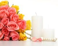 花束上升了与白色蜡烛 库存图片