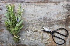 花束与串的Garni在难看的东西木材Ba的草本和剪刀 免版税图库摄影