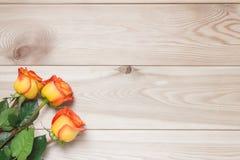 花束为假日在的三朵玫瑰木板 免版税库存图片