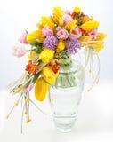 花束五颜六色的花春天花瓶 免版税库存照片