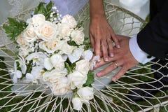 花束和圆环在桌上 免版税库存图片