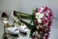 花束和婚礼鞋子 库存照片