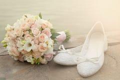 花束和新娘鞋子特写镜头 免版税图库摄影