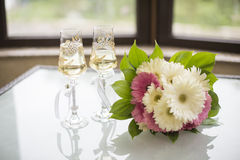 花束和杯香槟 免版税库存照片
