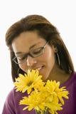 花束嗅到的妇女 免版税库存照片