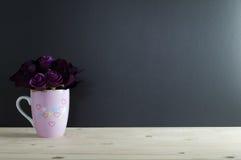花束在杯子绘画心脏上升了 免版税库存图片