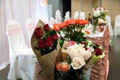 花束在桃红色中的一朵白色玫瑰一个 免版税库存图片