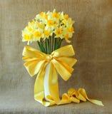 黄水仙花束在花瓶的 库存图片