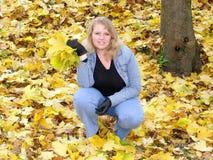 花束女孩留下槭树 库存图片