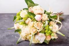 花束奶油色玫瑰 与五颜六色的花的静物画 新鲜的玫瑰 安置文本 花概念 新鲜的春天花束 Summe 免版税库存照片