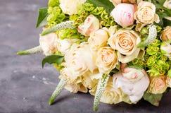 花束奶油色玫瑰 与五颜六色的花的静物画 新鲜的玫瑰 安置文本 花概念 新鲜的春天花束 Summe 图库摄影