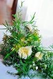 花束新娘新娘新郎现有量 婚姻 多汁植物、绿叶和玫瑰 免版税库存图片