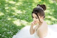 花束新娘白色服装 婚姻,室外 库存照片