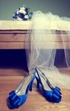 花束新娘s穿上鞋子婚礼 免版税库存照片