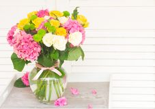 花束新鲜的玫瑰 免版税库存照片