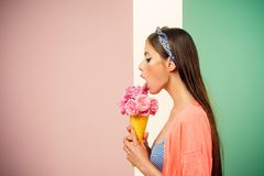花束明亮的花照片向量 卖花人夏天 妇女的别针有时髦构成的 有时尚头发的画报女孩 吃冰的减速火箭的妇女 库存图片