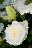 花束束与白玫瑰、百合和雏菊的美丽的白花 免版税库存照片