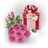 花束桃红色玫瑰和礼物盒 免版税图库摄影