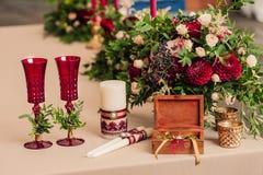 花束桃红色玫瑰红色大丽花箱子 库存照片