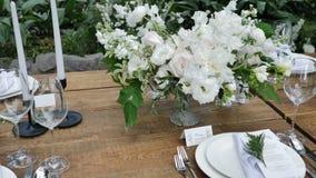 花束烛光的乡村婚礼装饰 股票录像