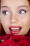 花束玫瑰使妇女惊奇 免版税库存照片