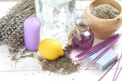 花束的构成从干淡紫色、蜡烛和肥皂的 库存图片