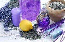 花束的构成从干淡紫色、蜡烛和肥皂的 库存照片