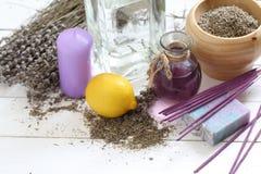 花束的构成从干淡紫色、蜡烛和肥皂的 图库摄影