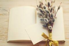 花束肾脏杨柳和打开空白的笔记本和一张空的白色卡片文本的 免版税库存照片