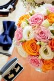 花束花、婚戒和组分 库存照片
