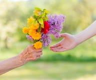 花束花在手上 免版税库存图片