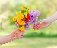 花束花在手上 库存图片
