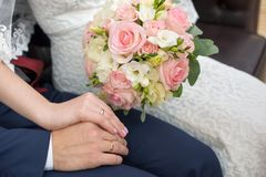 花束递婚姻的环形 图库摄影