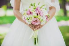 花束递婚礼 免版税库存图片