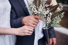 花束递婚姻的环形 免版税库存图片