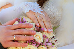 花束递婚姻的环形 免版税库存照片