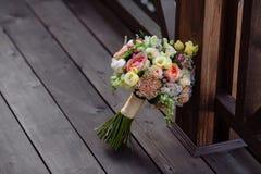 3花束重点前景婚礼 在木背景的新娘的花 免版税图库摄影